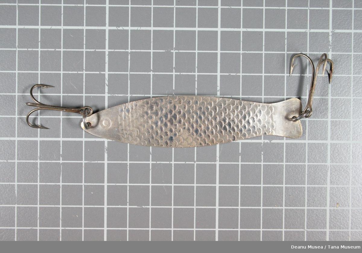 Sølvfarget med fiskeskjell mønster.
