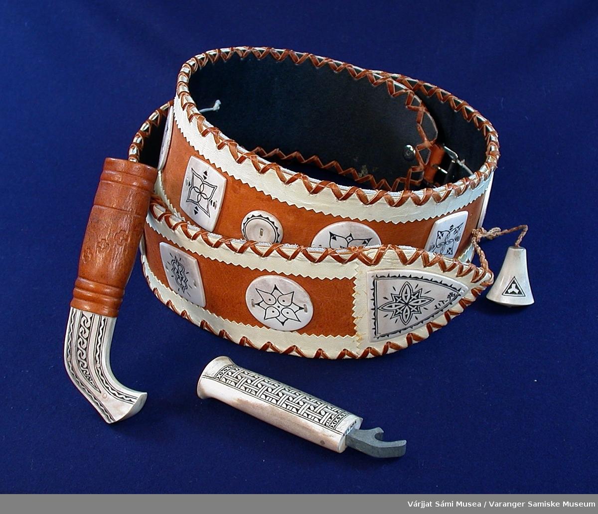 Belte av skinn med horndetaljer og medfølgende flaskeåpner med slire. Beltet er sydd av skinn i to farger, naturhvit og brun. Den lyse fargen er bunnfarge og den mørke danner mønster. Langs kantene av beltet er det sydd en sik-sak søm av brunt skinn. Horndetaljene er festet på de brune skinnstykkene, samt beltelåsen/spennen er av horn. Horndetaljene er dekorert med inngraveringer smurt med et mørkt fargestoff.  I beltet henger en slire, den er av reinhorn og skinn som er festet med en tvunnet skinnsnor. Sliras nedre del av horn er dekorert med inngraveringer som er smurt med et mørkt fargestoff. Oppi slira er en flaskeåpner av dekorert horn (samme dekor som de andre hornstykkene). Selve åpneren er av metall, skaftet av dekorert horn.