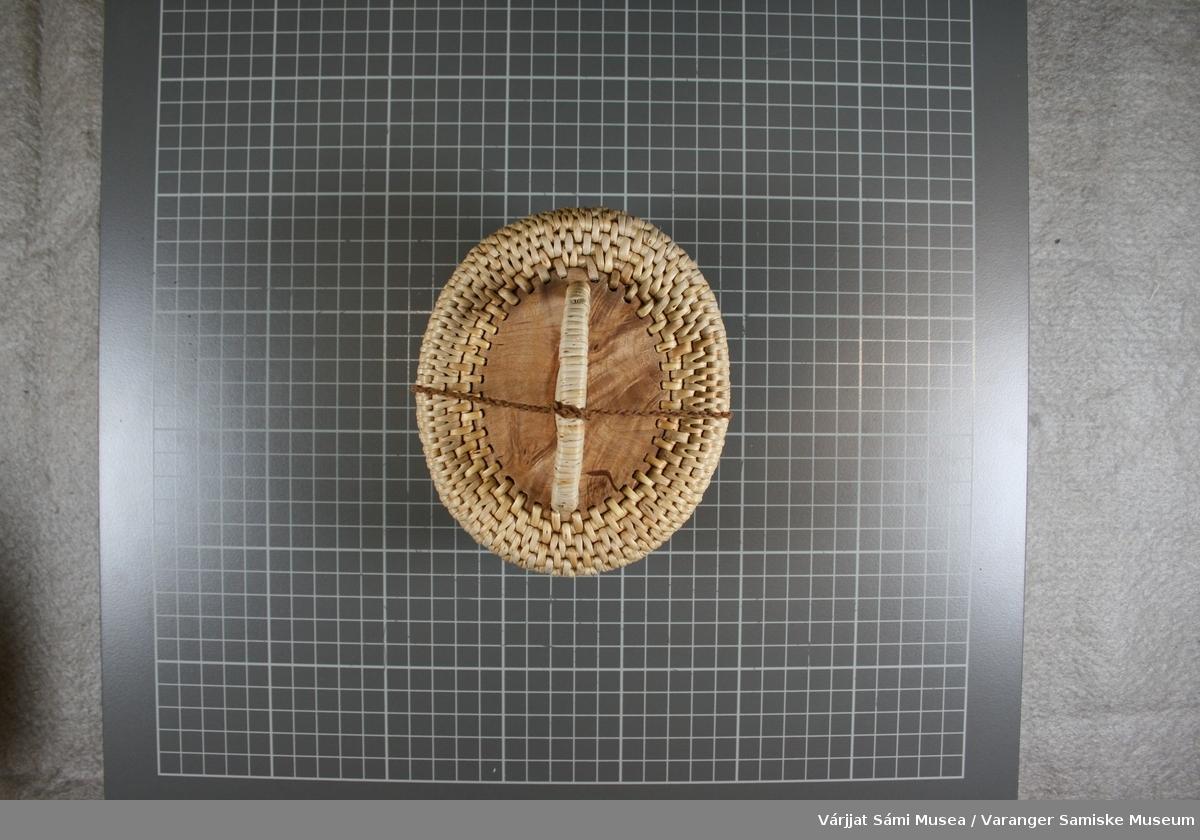 Et  rundt skrin med lokk av teger, bjørk og reinhorn.