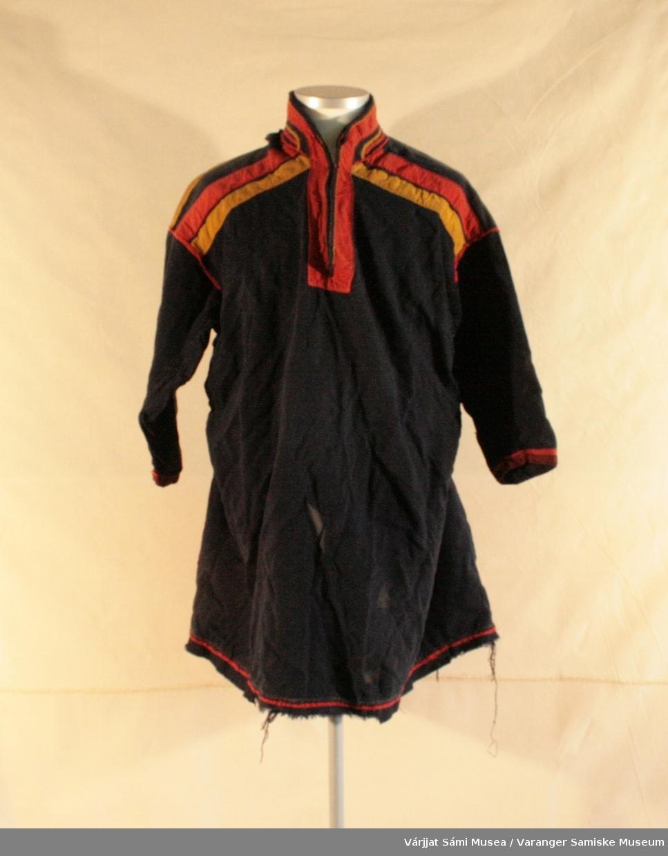 Herrekofte av  Unjárga / Nesseby type. Sydd av mørkeblått ullklede. Rød og gule detaljer på krave og rygg. Holbi / koftekant er pyntet med en tynn rød kledestrimle.