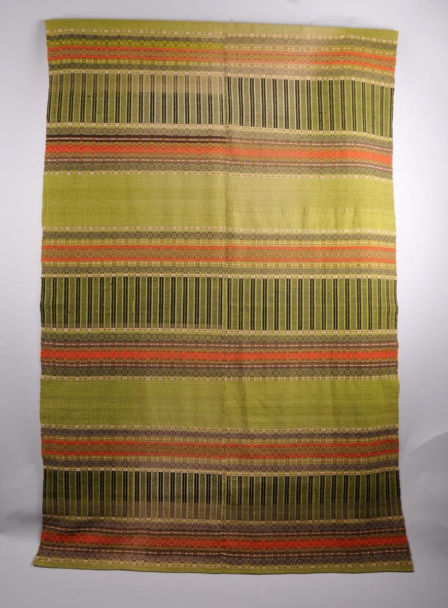 Teppe sydd saman av to bredder (ei bredde er lik vevbredda). Bindemønster: tavlebragd. Eitt-tråds renning og to-tråds innslag, båe i plantefarga ull. Grøn botnfarge, raude og brune bordar.