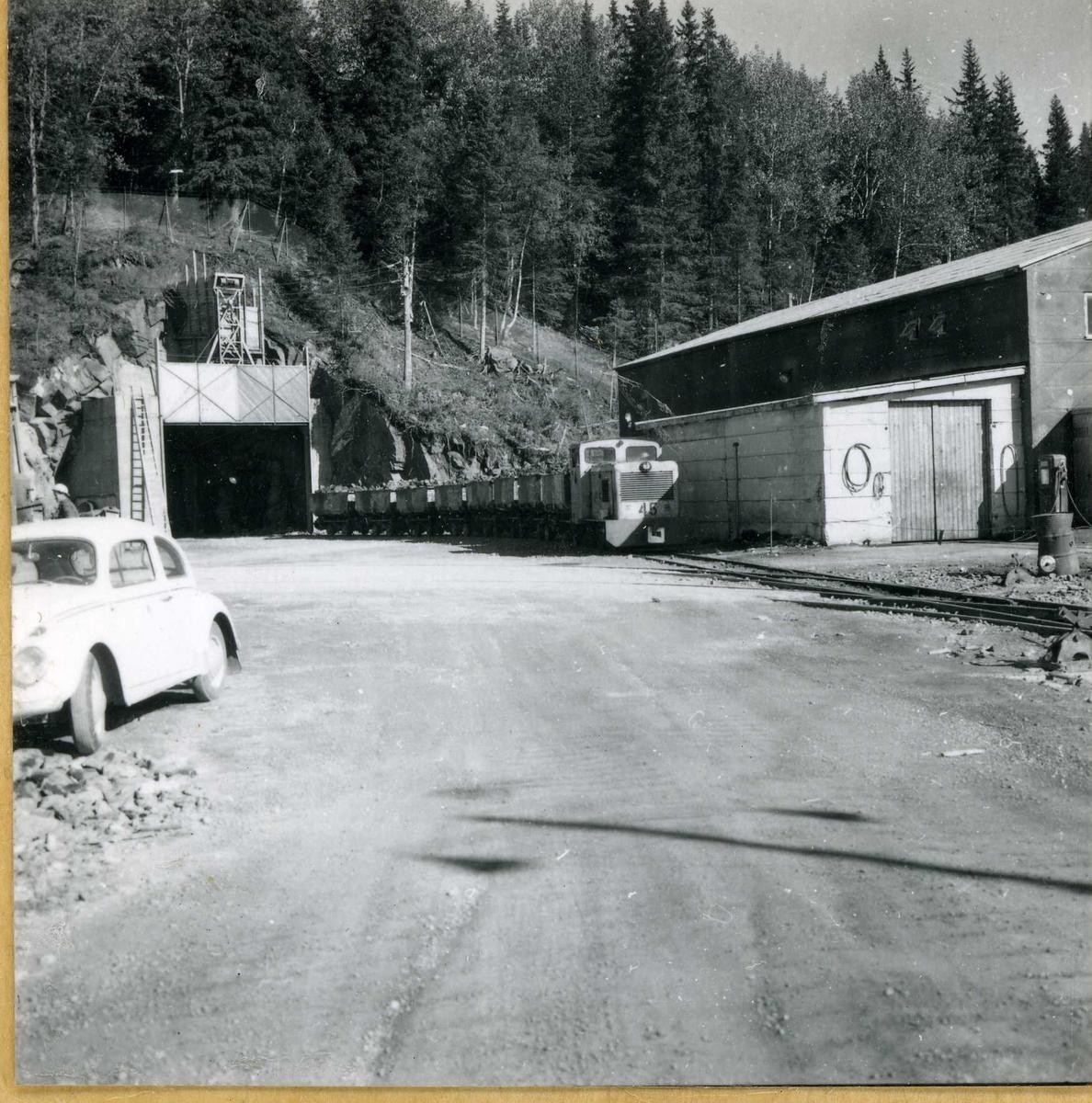 Tilløpstunnel frå Vesås. Tunnelinngang og tog