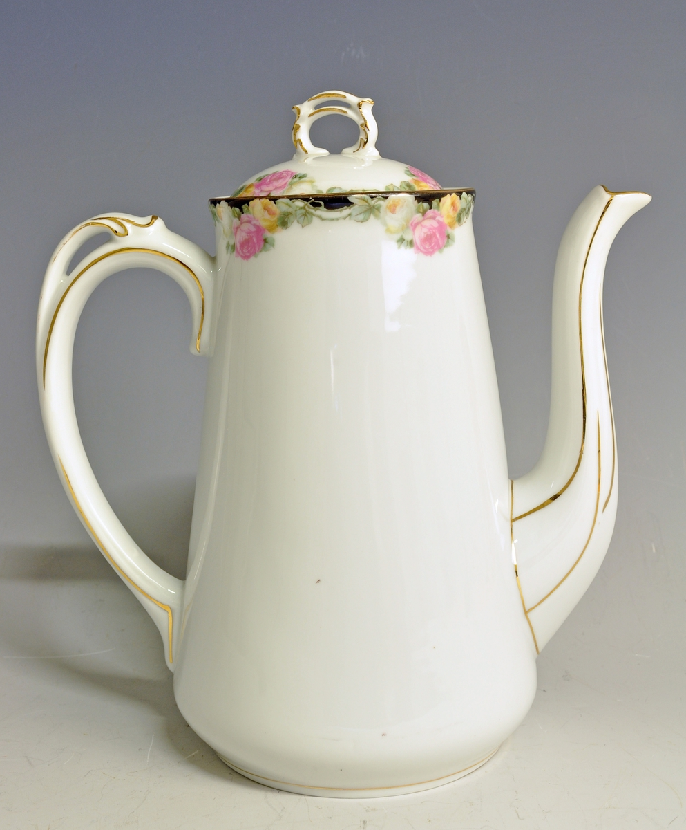 Kaffekanne av porselen, med lokk. Modellnr. 1770 Dekor: Bunttrykk (roser) Fabrikkmerke: PP, grønt anker (1911-1935).