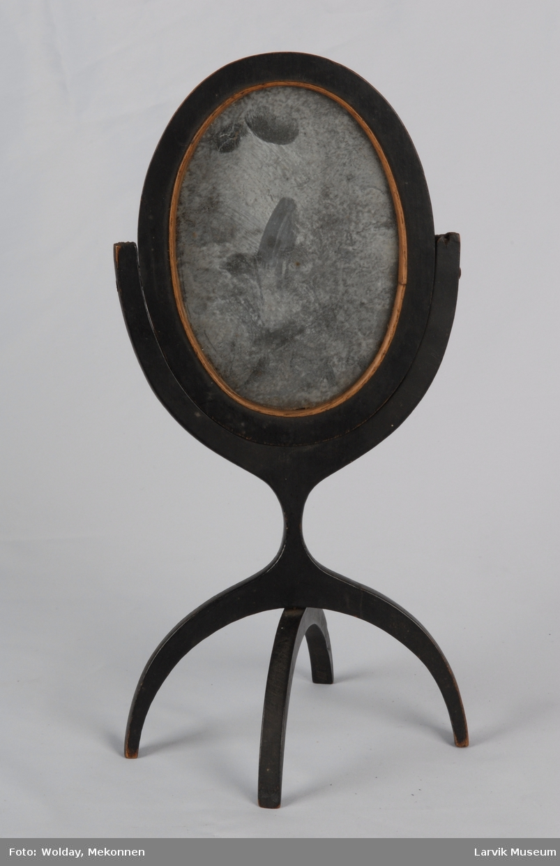 Form: Ovalt speil i ramme som er feste til et buet stativ på hver side. Både bordspeil og håndspeil med støtteben som kan klappes inn.