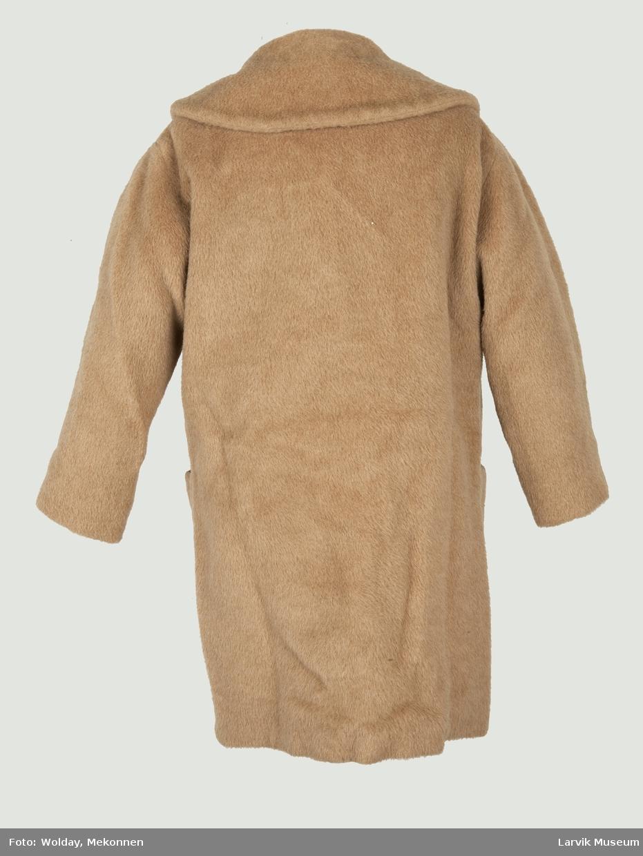 Lys brun, kort kåpe med stor, rund krave og store blanke knapper.