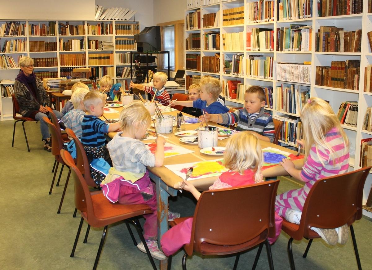 """Barn på Berg-Kragerø Museum 10.10.2012. I høstferien arrangerer museet aktiviteter for barn. I år ble det natursti, maling, laging av papirfly, styltegåing, hesteskokasting, """"slå-boksen-ned"""" og ridning med trehest. Alle fikk pølser og Bergsvenner stilte opp."""