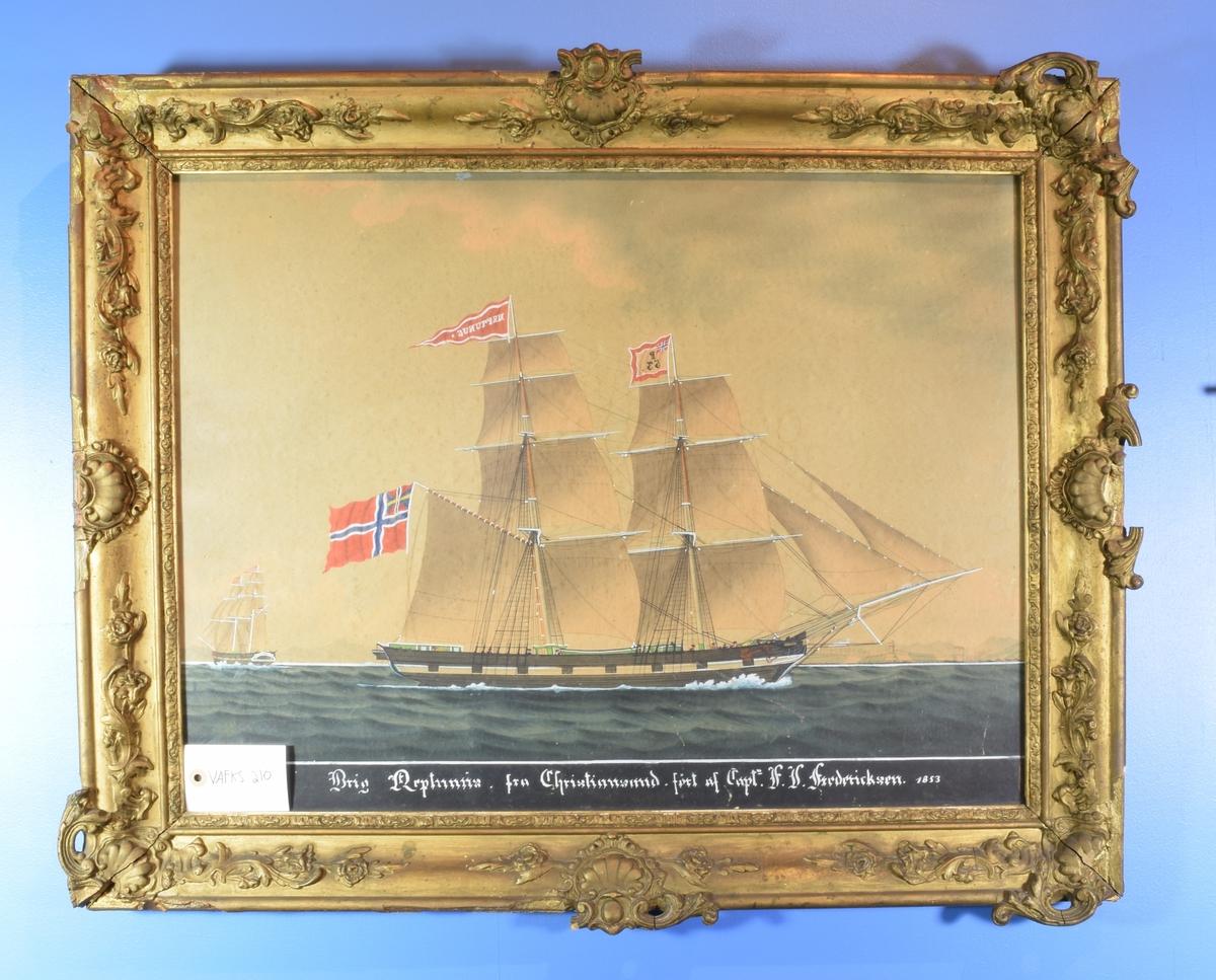 """Seilskuta """"Neptunus"""" med norsk unionsflagg og rød og hvit vimpel."""