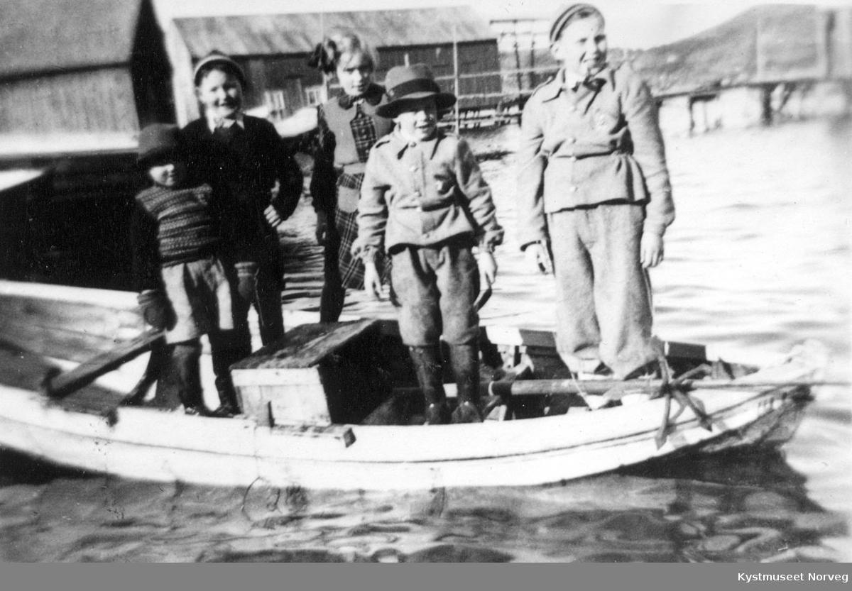 Sverre, Harald, Bjørnar, Reidar og Tore Einvik, småguttene i Einvika på båttur.