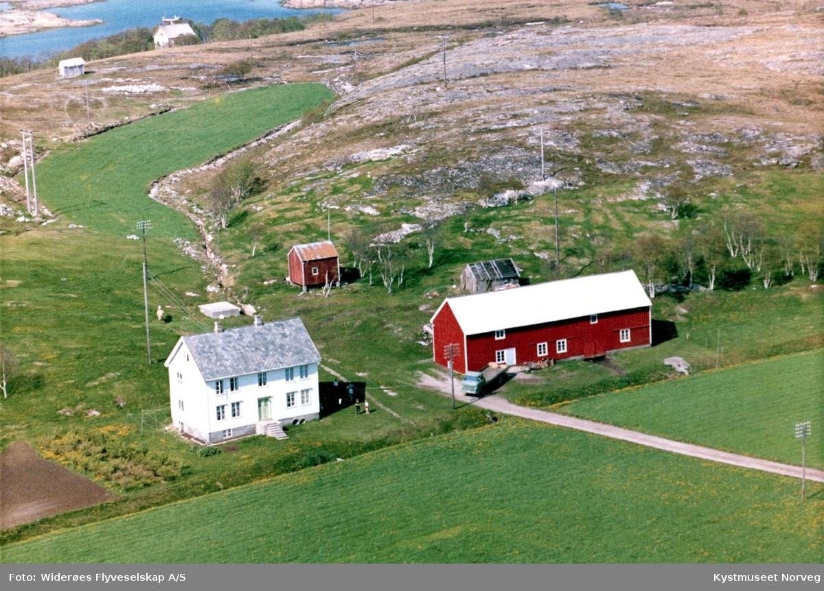 Flyfoto over gårdsbruk på Ofstad i Vikna kommune