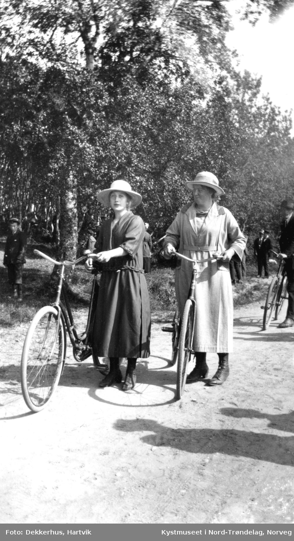Ukjente menn og kvinner med sykler