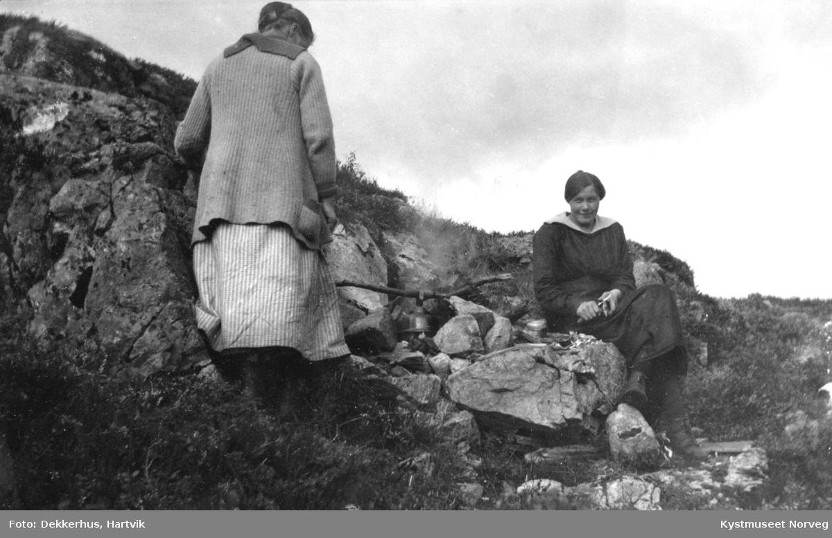 Solveig Inderberg og Margit Kristensen Moe under høyonna på Ryum