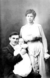 Konrad Pedersen Storsul og Marie Storsul med datteren Ester