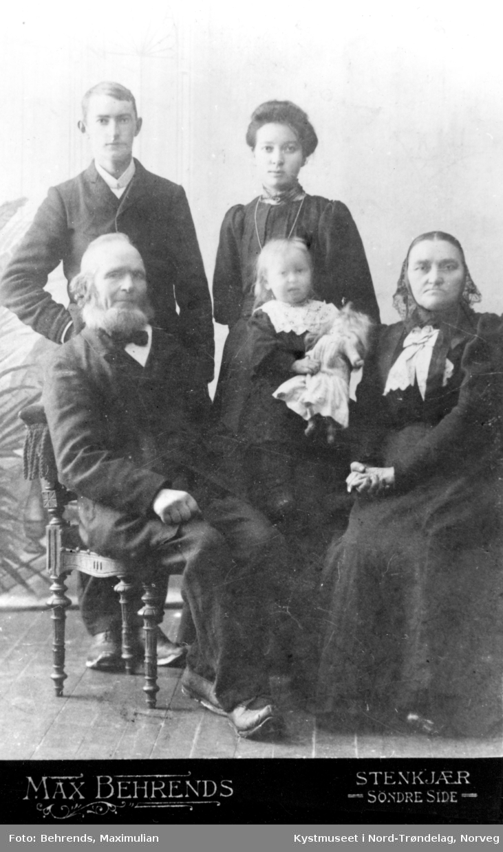 Familien til Aleksander Olsen Einan og Anna Olava Mortensdatter Einan med besteforeldre og barn