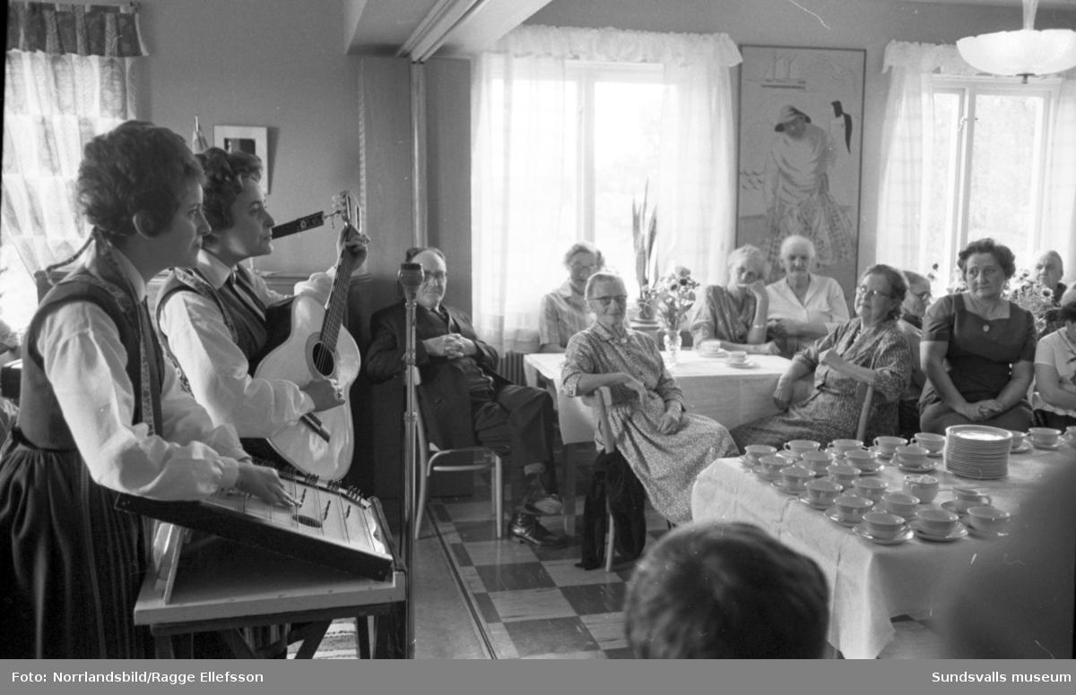 Göingeflickorna sjunger på Söråkers pensionärshem.