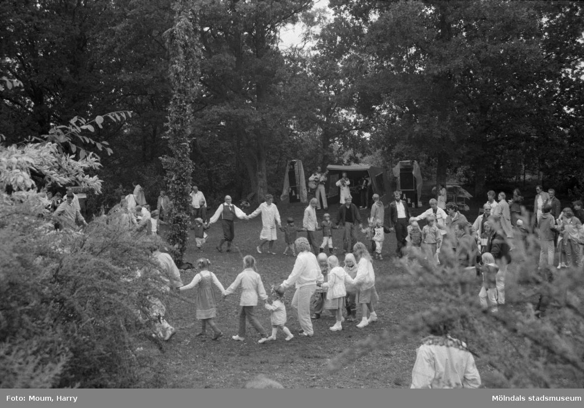 Midsommarfirande i Bunketorp, Lindome, år 1984.  För mer information om bilden se under tilläggsinformation.