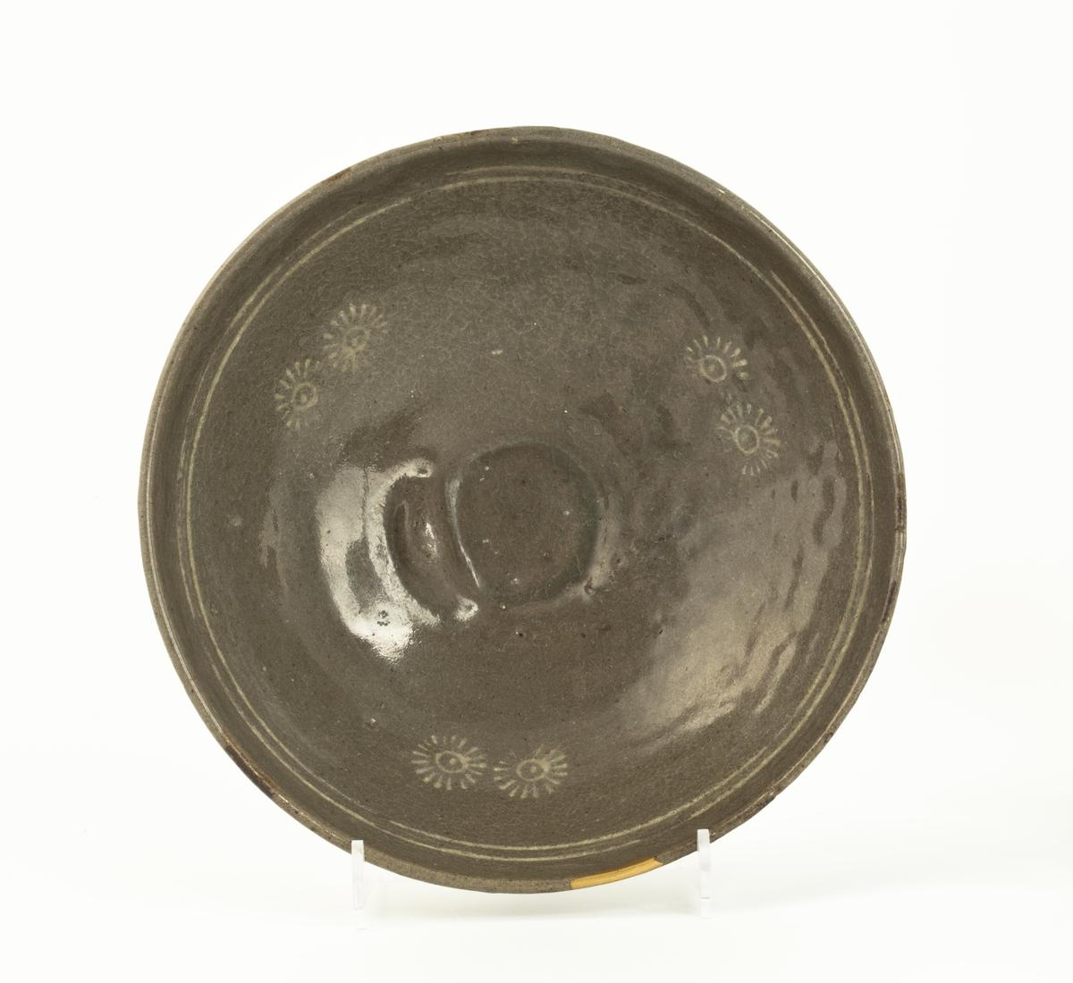 o konsentriske sirkler danner en dekorativ bord i øvre del av bollens innside. Under finner vi tre grupper krysantemum med to krysantemer i hver gruppe. Dekoren er hvit.
