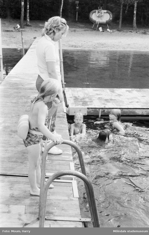 Simskola vid Tulebosjön i Kållered, år 1984.  För mer information om bilden se under tilläggsinformation.
