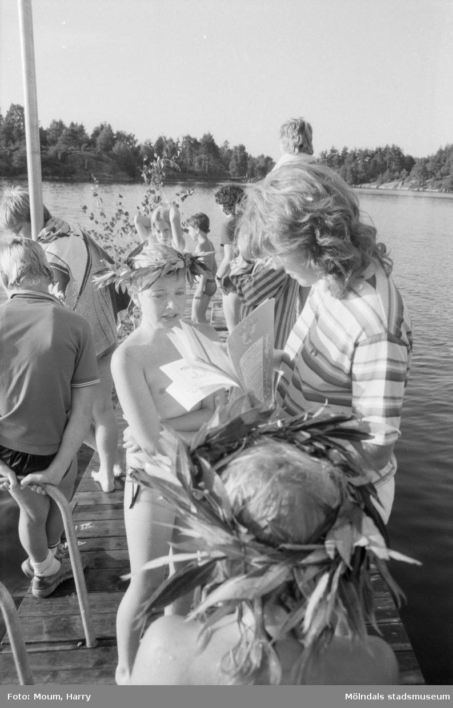 """Simpromotion vid Barnsjön i Lindome, år 1984. """"En av simkandidaterna vid årets promotion vid Barnsjön i Lindome. Kommunens alla simskolor hade där gemensam avslutning med både lek och allvar.""""  För mer information om bilden se under tilläggsinformation."""