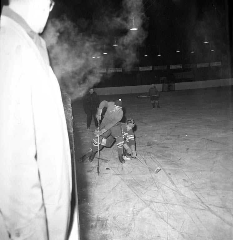 """Enligt notering: """"Ishockey 18/1 1960""""."""