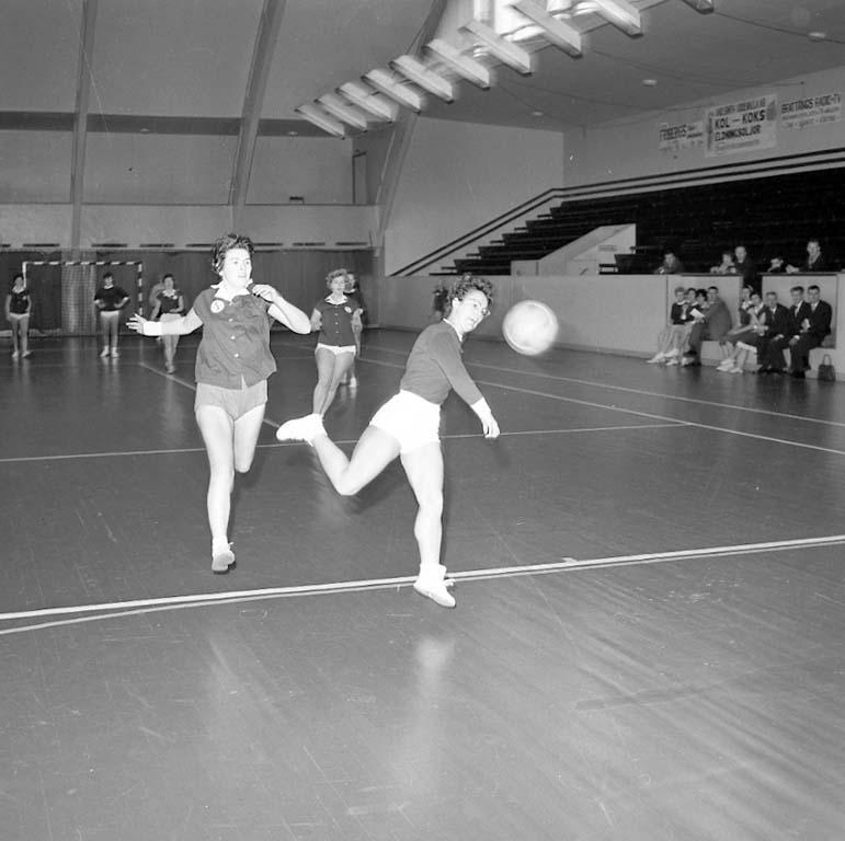 """Enligt notering: """"Damhandboll Göteborg U I S dec 1960""""."""