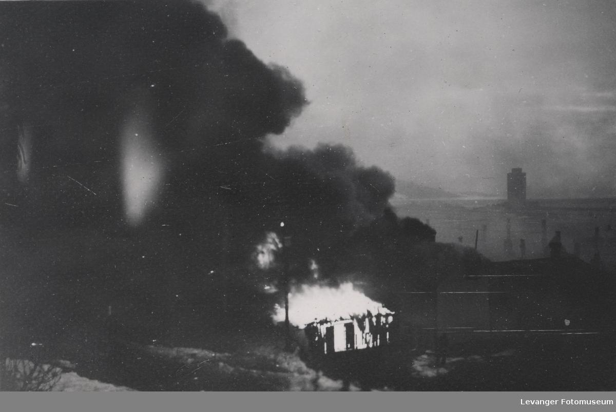 Steinkjer står i flammer etter bombing.