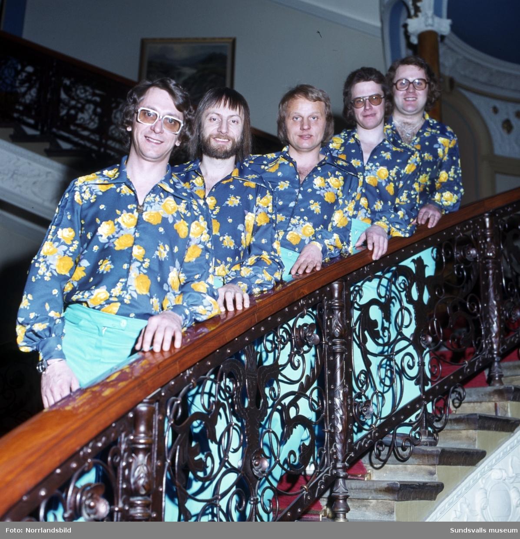 Dansbandet Mixers poserar i Knausts trappa.