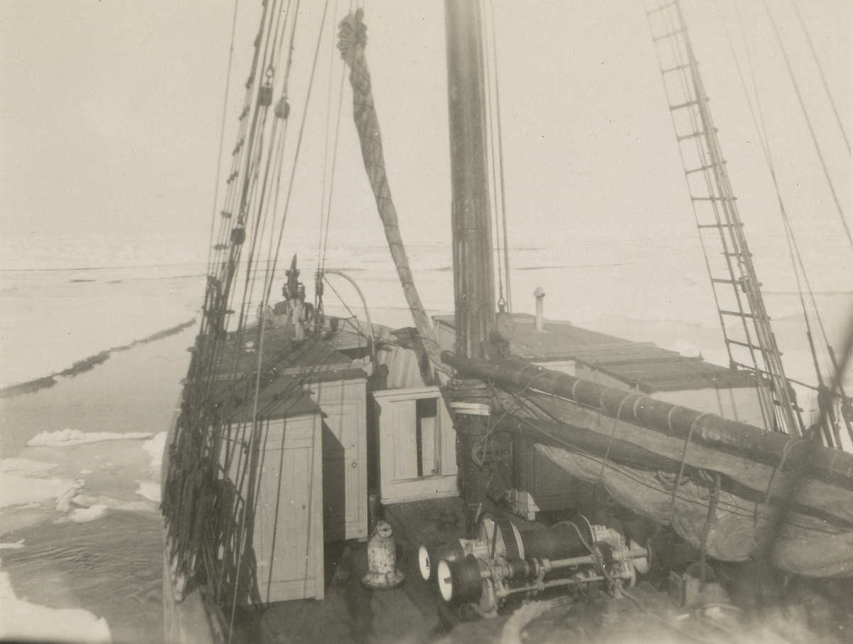 """Seilskuta """"Veslekari"""" i isen på Grønlandsfiske."""