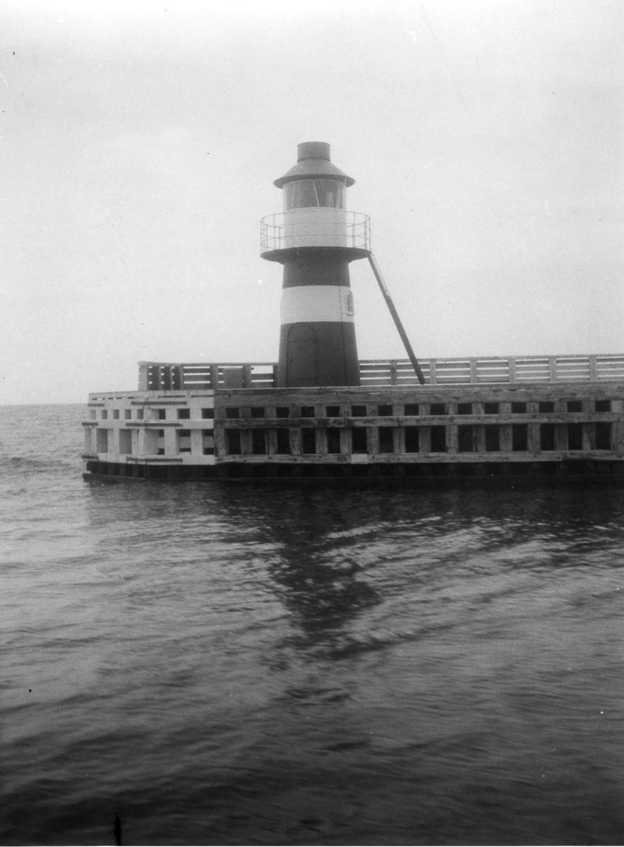 'Akka-expeditionen sommaren 1930: ::  :: Hamnfyren. ::  :: Ingår i serie med fotonr. 2033-2087.'