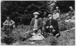 'Bildtext: ''Planteringslaget håller middag.'' ca 7 män saml