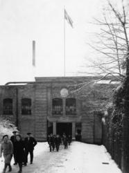 Porten vid Trädgårdsgatan. Mannen till höger Frans Lindqvist