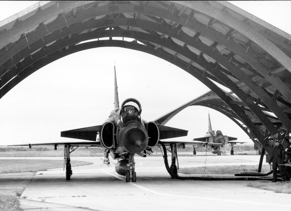 Klargöring av två flygplan 37 Viggen under Törebodabågar.