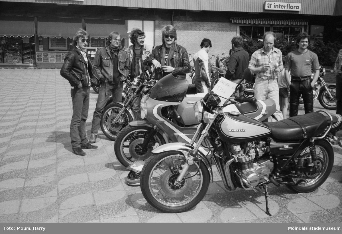 Kållereds Motorklubb har utställning i Kållereds centrum, år 1983.  För mer information om bilden se under tilläggsinformation.