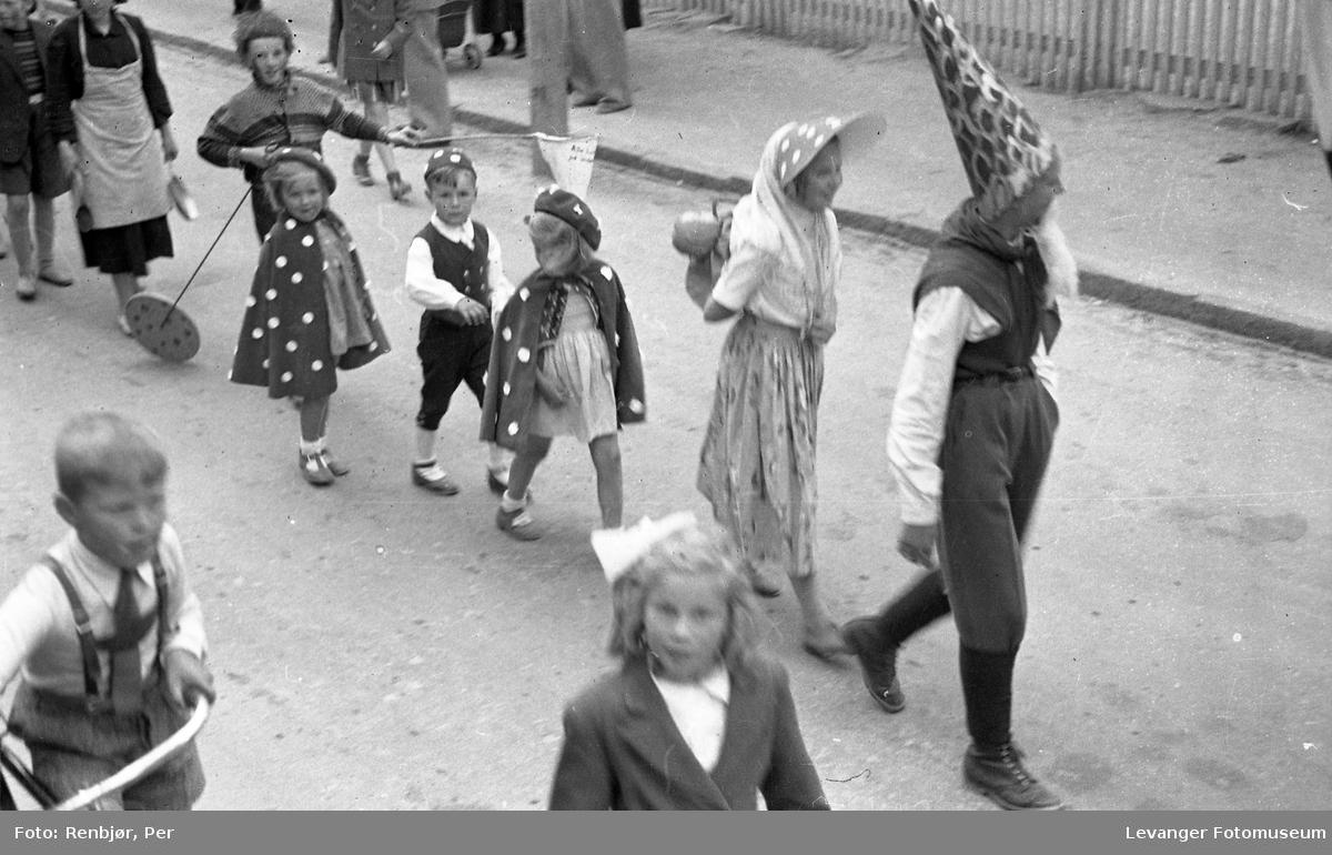 Barnas dag, Levanger, utkledde barn, eventyrmotiv.