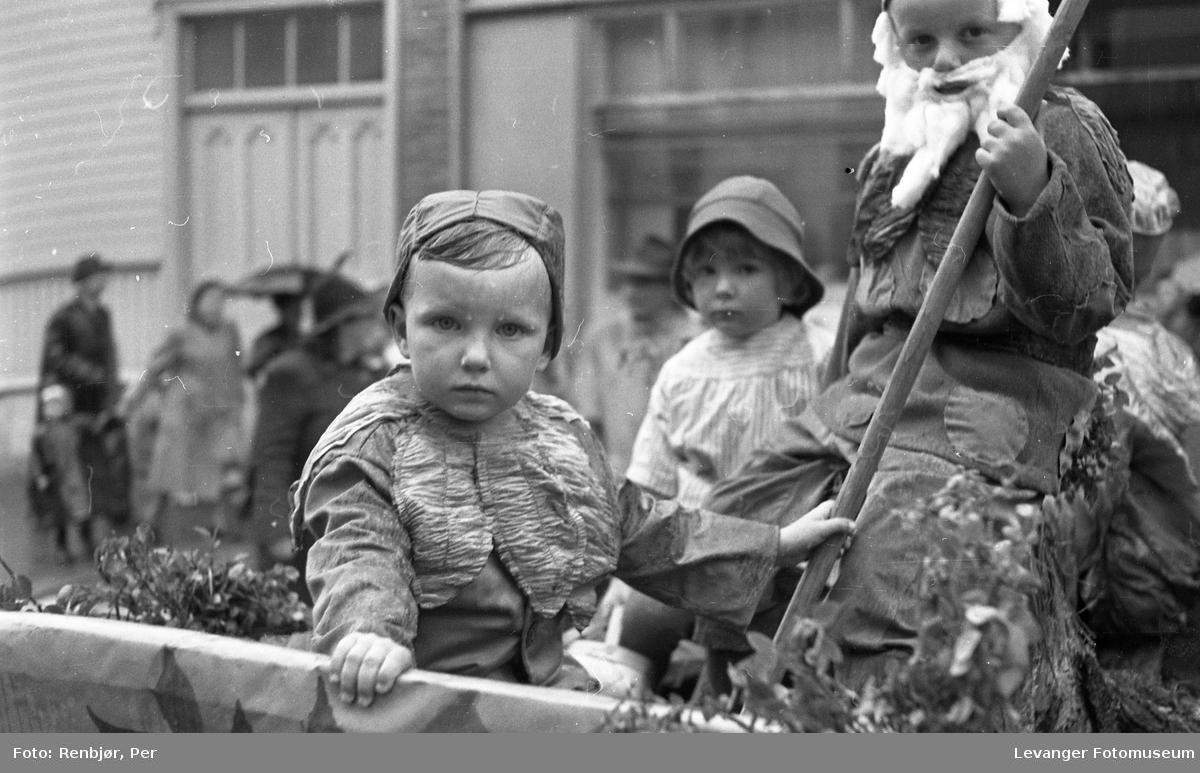 Barnas dag, Levanger, utkledde barn på lastebil.