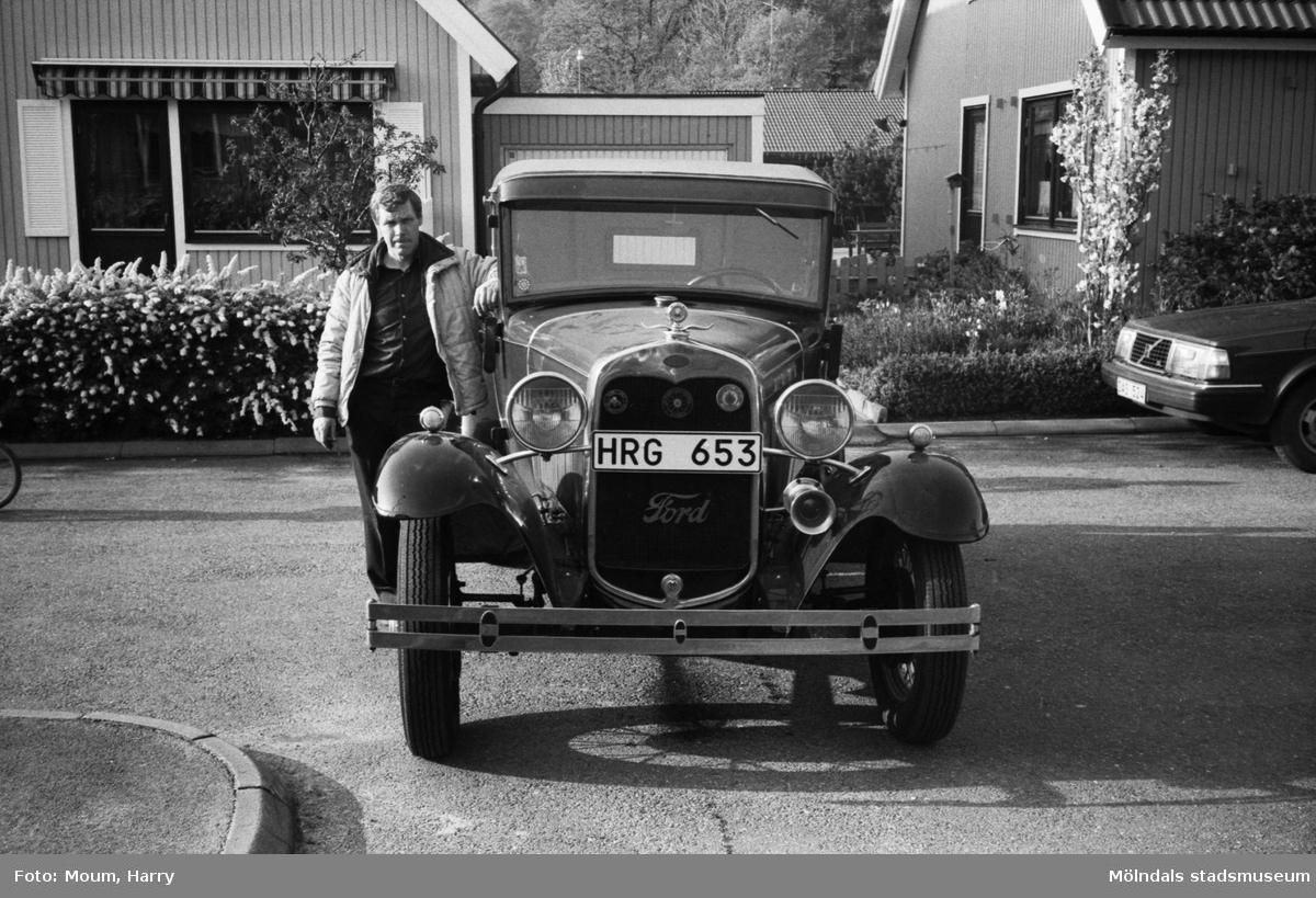 """""""En A-ford från 1930 är en av Leif Alenäs ögonstenar."""" Kållered, år 1983.  För mer information om bilden se under tilläggsinformation."""