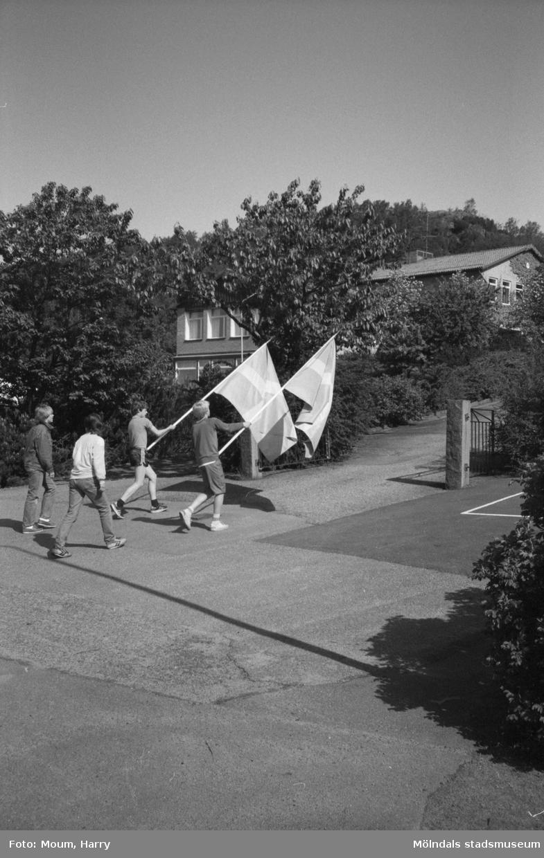 Nationaldagsfirande i Kållered, år 1983. Festtåg vid Brattåsskolans grind.  För mer information om bilden se under tilläggsinformation.
