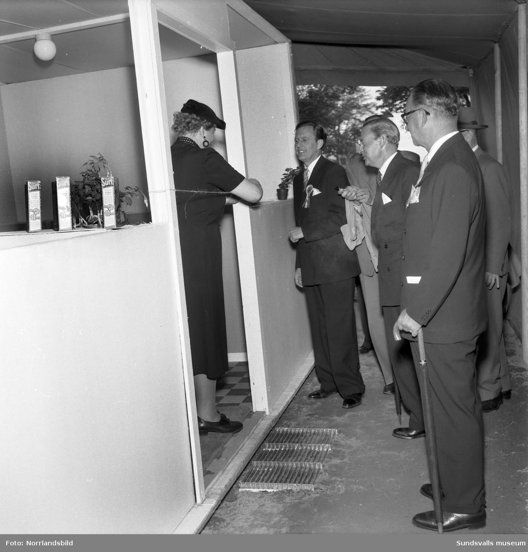Morgondagens hus, monter på Sundsvallsmässan 1954. Interiörer med den tidens modernaste möbler och heminredning.