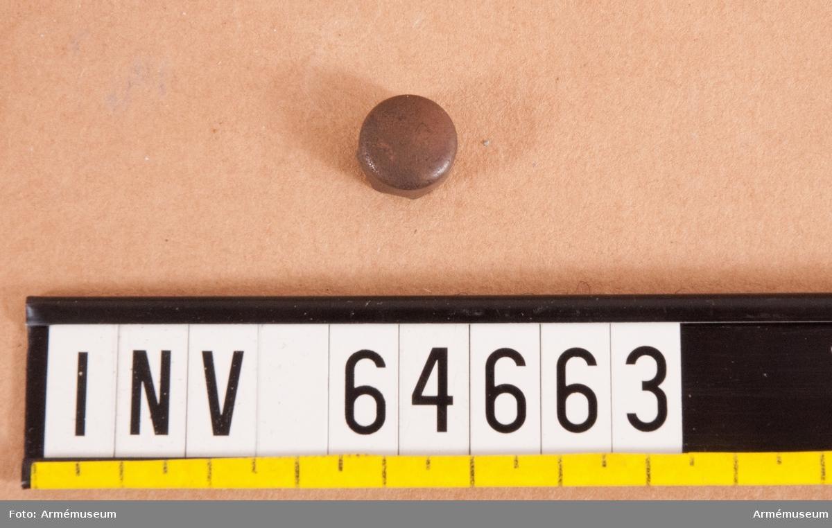 Grupp F II. Slaghuv av Åkersteins projekt 1825. Avsedd att istället för gesvinta rör insättas i fänghålet och tändas medelst slag av hammare. Försök åren 1826-30.