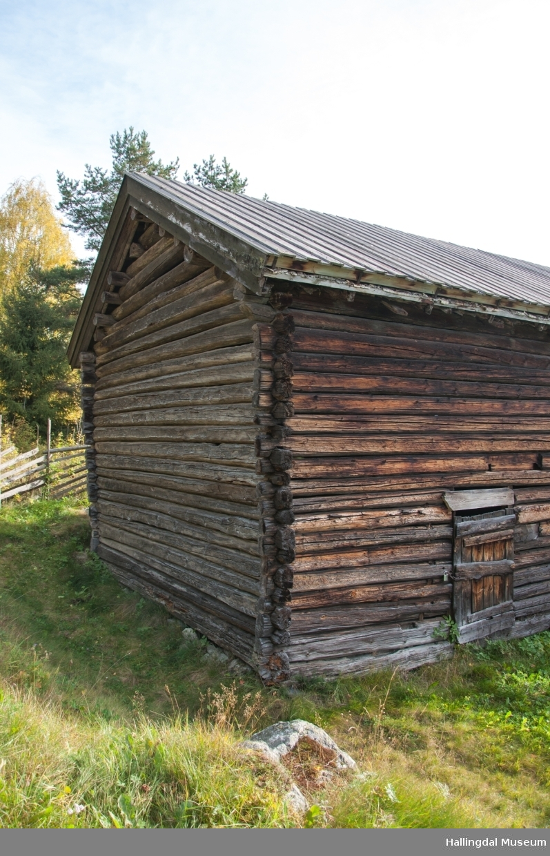 Låven er satt opp av brukt tømmer i perioden 1850-1875.  Det er en treroms låve med låvebro på midten med underlåve under og et golv på hver side.  Låven har bordtak.