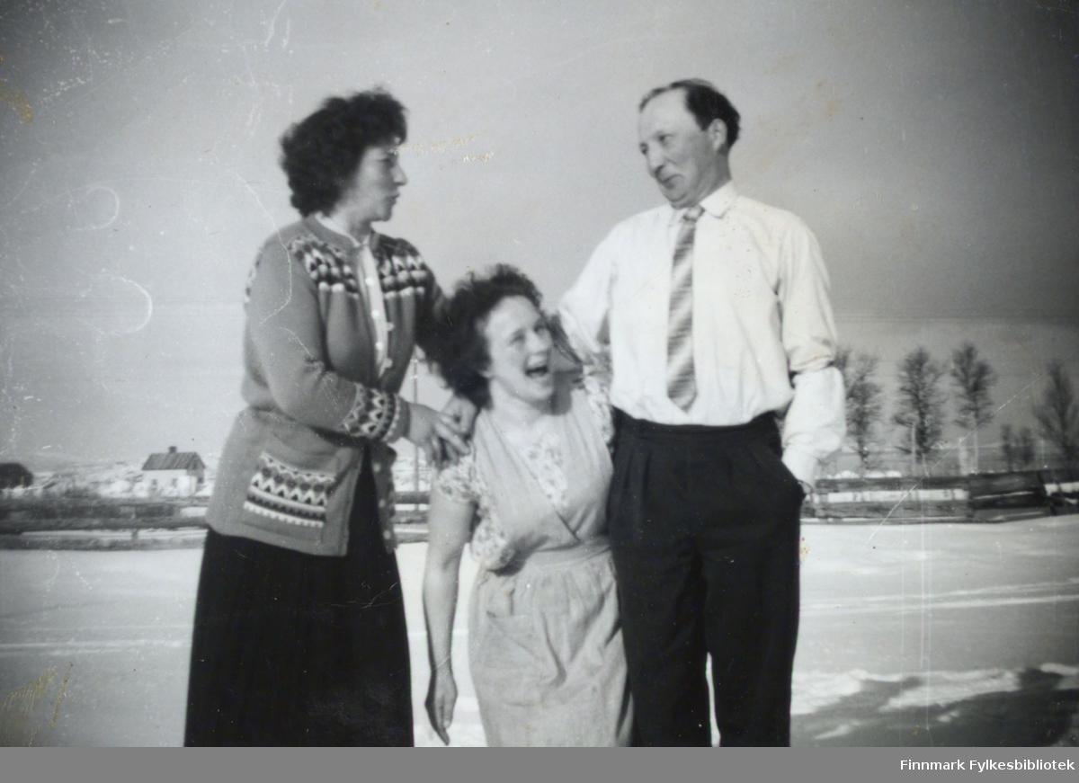 Tre personer fotografert i Østerbotn i Porsanger kommune en vinterdag. De er fra venstre: Anne Marie Nymo, Astri Malin og Johannes Nymo.