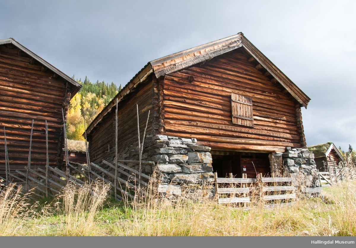 Dette er det nyeste huset på gården.  Det ble bygd av Halvor Løkje etter at det gamle fjøset brant i 1877.  Det står på en solid gråsteinsmur og har møkkakjeller under.  Fjøset er i tømmer og har bordtak.