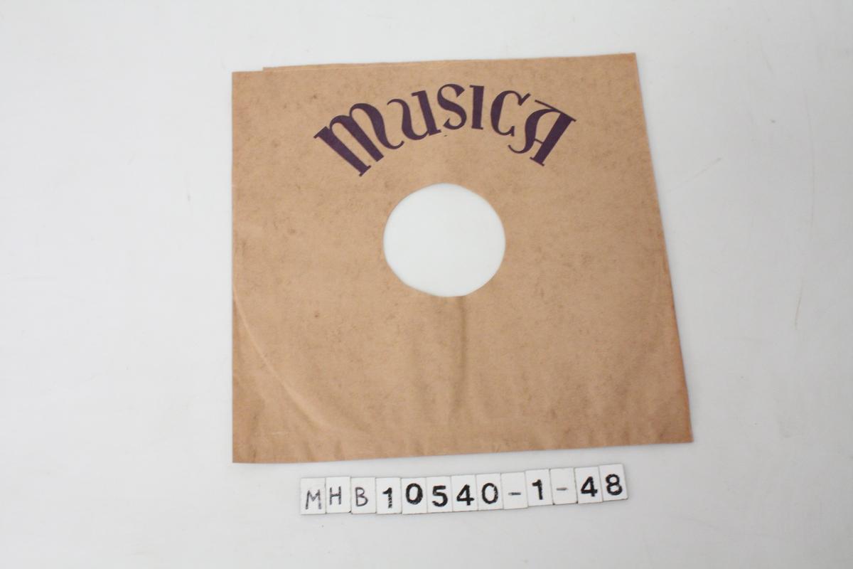 Papiromslag for grammofonplater. Brunt papir med blå skrift.