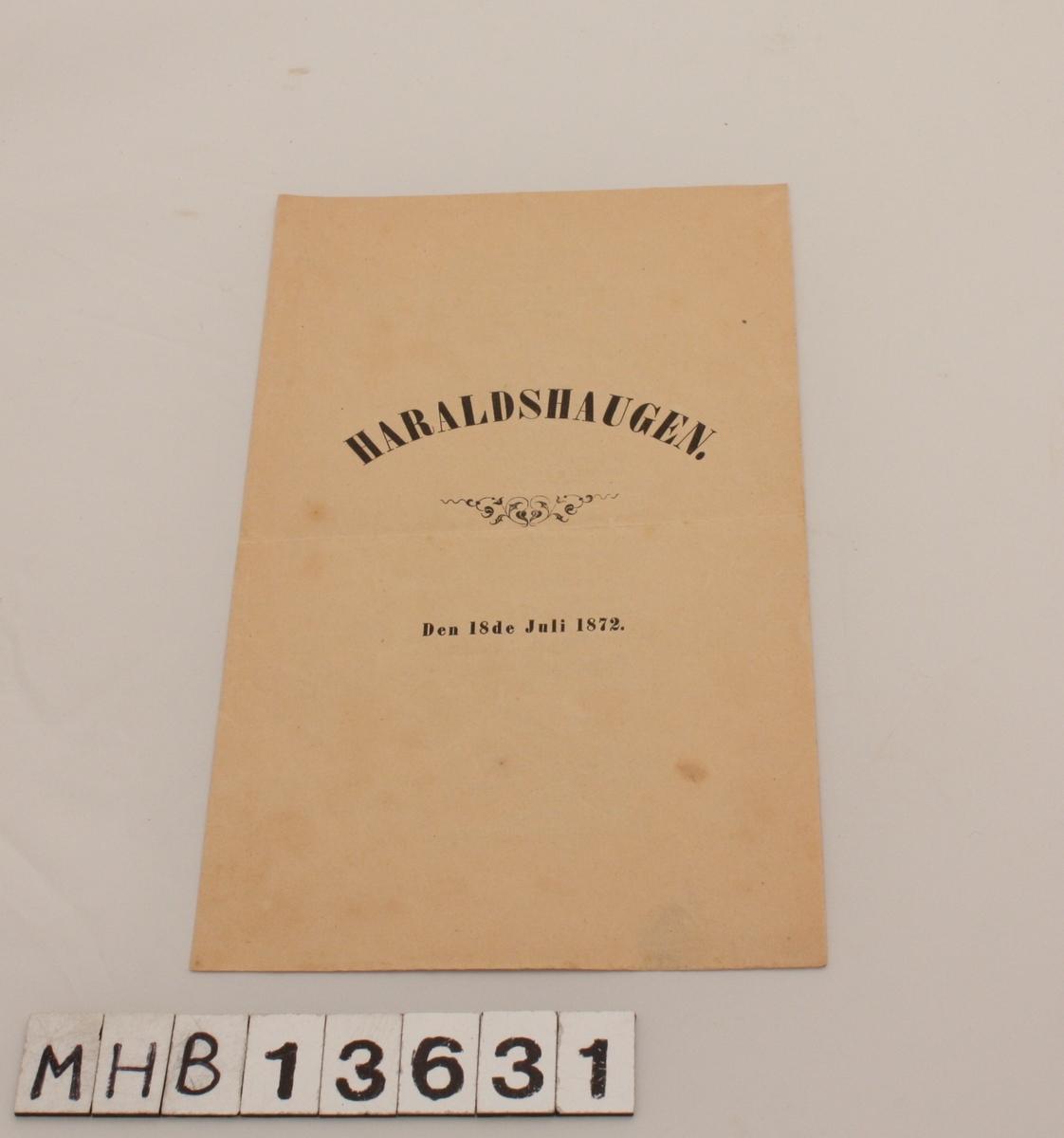 """Rektangulært sanghefte med 4 sider som består av ett ark foldet dobbelt. Heftet inneholder teksten på sangen """"Hvast om skjæret"""" av Jonas Lie."""