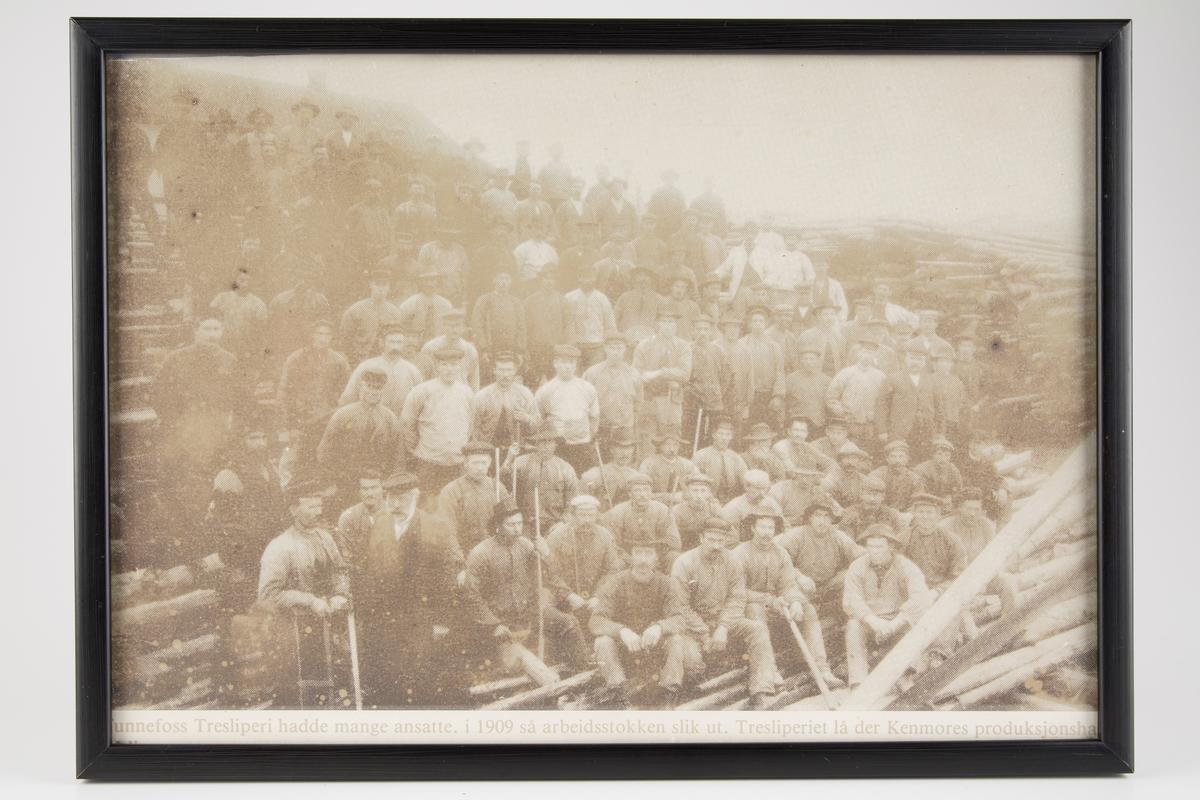 Fotokopi av bilde av arbeidere ved tresliperiet.