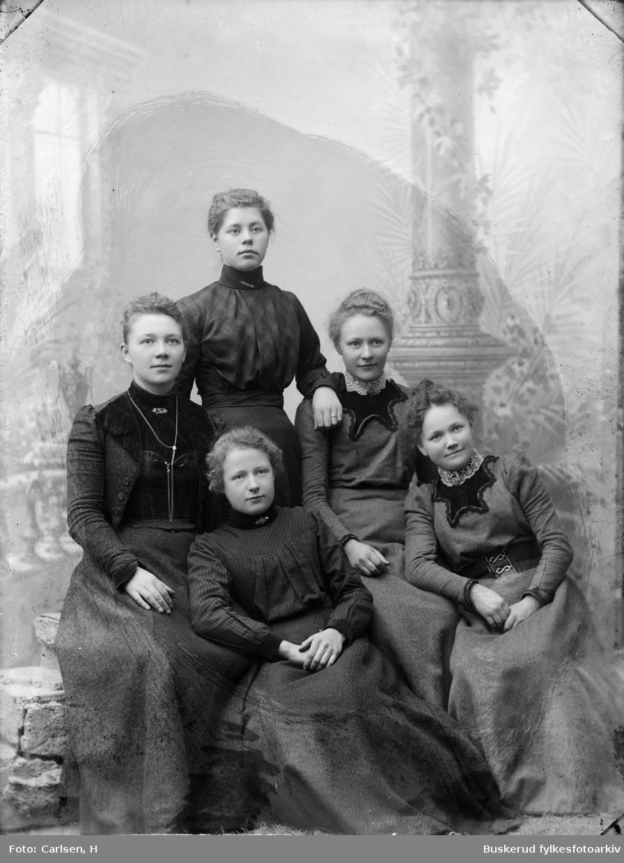 Gruppe med fire unge kvinner Karen Jensen