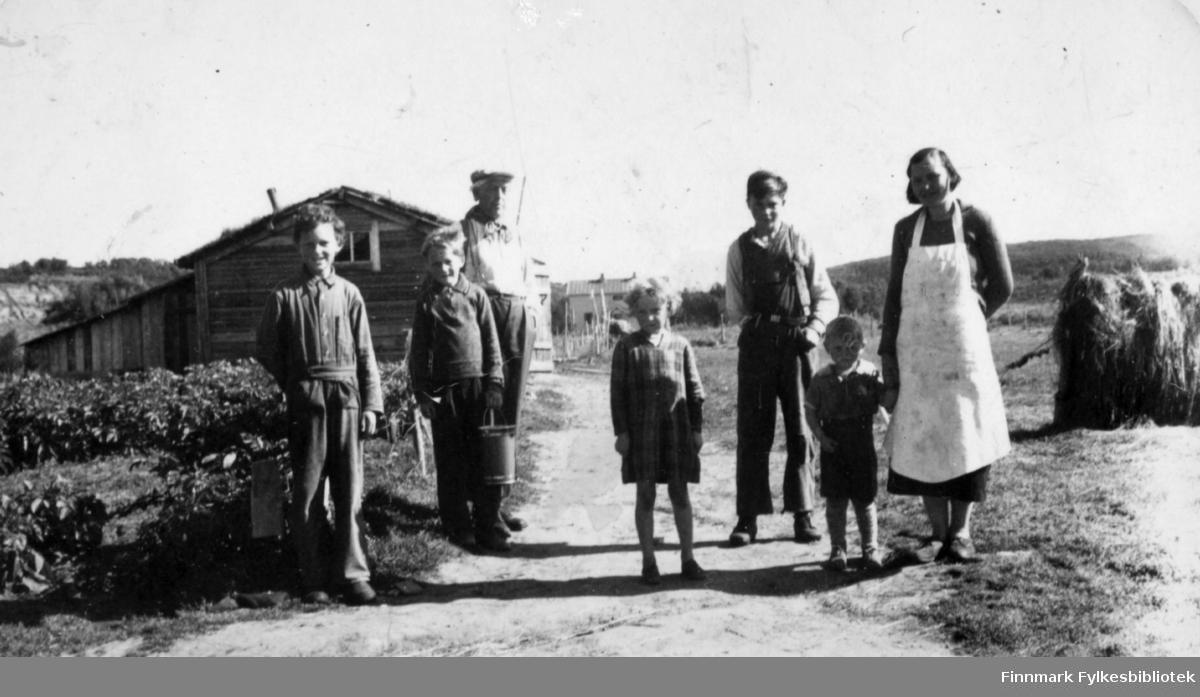 Gruppebilde tatt på gården Veines i Neiden, seinsommeren, antakelig 1939