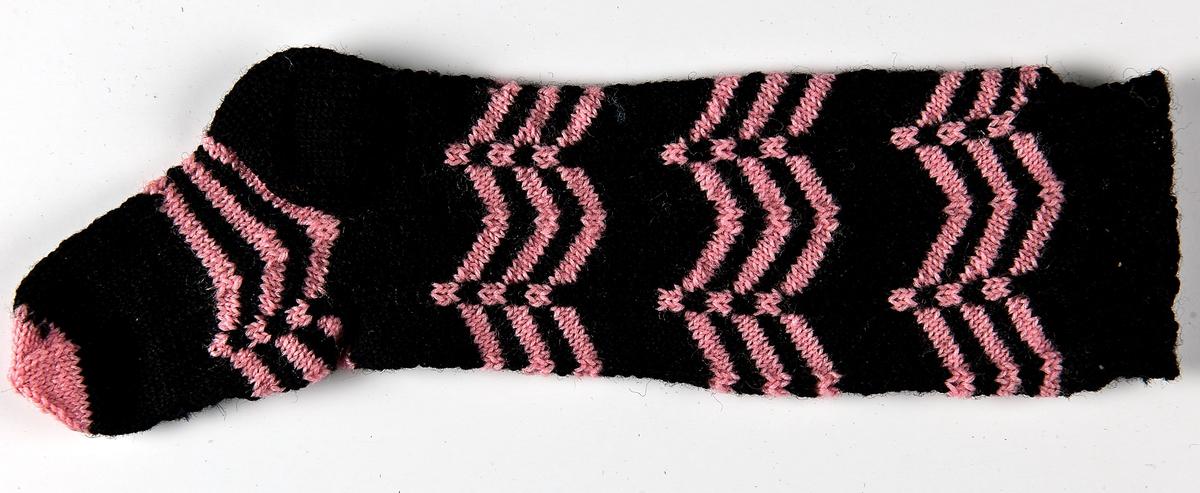 Barnknästrumpa i 4-trådigt svart och rosa ullgarn.