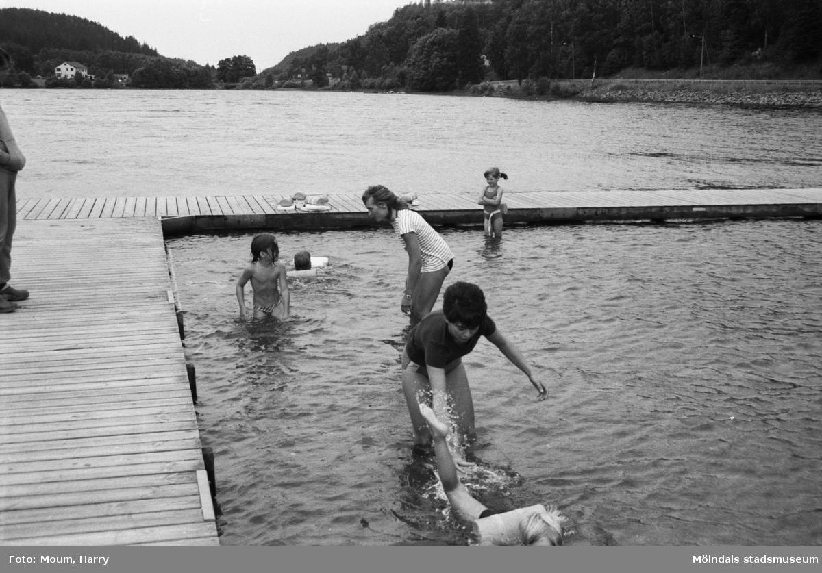 Simskoleundervisning vid Talluddens badplats, Västra Ingsjön i Lindome, år 1983.  För mer information om bilden se under tilläggsinformation.