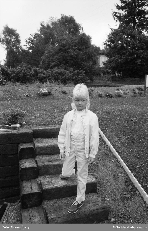 Evas första skoldag. Troligen i Kållered, år 1983.  Fotografi taget av Harry Moum, HUM, Mölndals-Posten, vecka 34, år 1983.