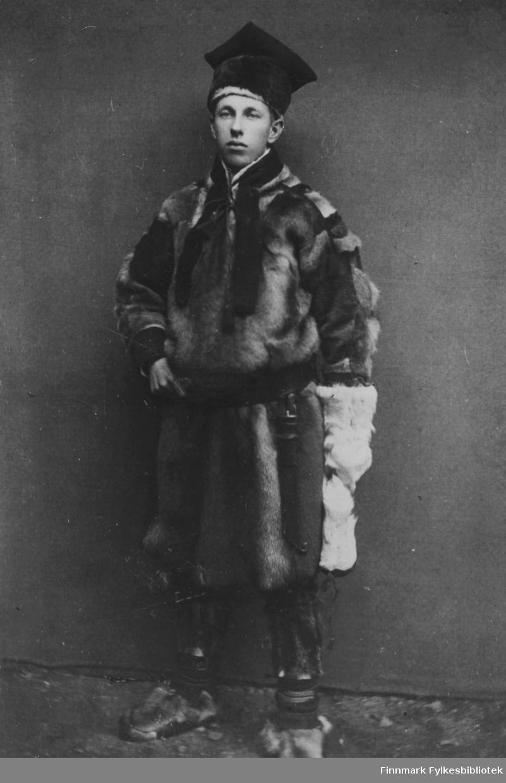 Thoralf Schanche, forretningsmann i Kola. Var meget formuende, men mistet alt under revolusjonen. Gift med Magna Øyen som var født på Kolar. Bodde senere i Stjørdal. På bildet her har han vært hos fotogafen i Hammerfest og latt seg fotografere i atelier. Han har tatt på seg pesk og poserer for fotografen.